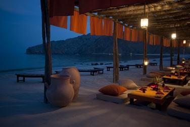 Rendez-vous au restaurant Shua Shack pour un dîner les pieds dans le sable, confortablement installés sur des coussins